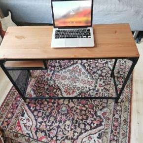IKEA SKRIVEBORD Længde: 100 cm. Bredde: 35 cm. Højde: 75 cm.  Super fint til det mindre værelse, da det jo ikke er stort. Står på Vesterbro Torv - nemt at flytte.