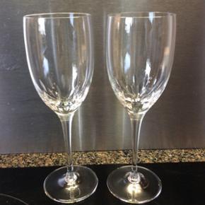 Hvidvinsglas med håndsleben dekoration. Krystalglas fra Ikea.15 kr pr. Stk. 23 stk sælges samlet for 250 kr   IKea krystal glas, med håndsleben dekoration.