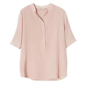 Pudderfarvet skjorte med stolpekrave i silke.