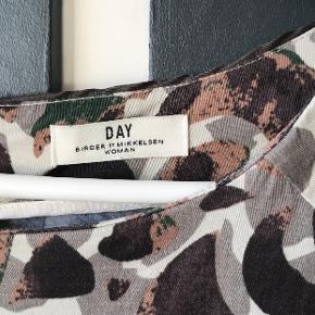 Kjolen er fra Day Birger et Mikkelen Den vil kunne passes af en str 36-38, er selv 38 og er 169 cm Kjolen har et slags slids bagpå, jeg har haft den på til et par arrangementer, men ellers ikke kjolen ikke vildt brugt:)) Billede af kjolen på ligger i kommentaren