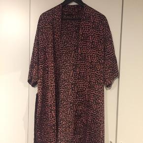 Flot neo noir kimono! Brugt få gange. Nypris var 599.