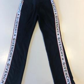 Super fede og behagelige bukser fra Givenchy i størrelse 10 år. Aldrig brugt , så fremstår som ny.