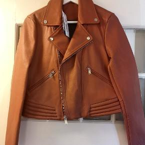 Ny jakke med læder fra lam sælges. Farven er lidt brun rødlig