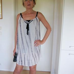 Smuk sommer kjole, skøn i 100% viskose. Yderst velholdt. bud fra 150pp + gebyr handler gerne mobilpay sender med DAO