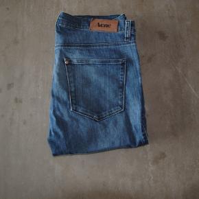 Acne jeans i str. 32/32, slim fit. Ingen tydelige tegn på slid.