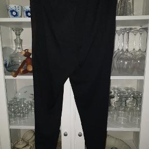 "Nye sorte coatede leggins fra Zhenzi str. L ""Fake"" ruskind på forsiden og glat sort på bagsiden. Helt nye med tags."