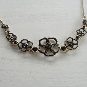 2 flotte Pilgrim halskæder, forgyldt og med hhv sort og turkis emalje + smukke facetslebne sten. 1 stk. 55 kr, begge halskæder for 100  kr. Begge halskæder er i hver sin gaveæske.