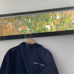 Sælger denne flotte varme efterårsjakke fra TommyHilfiger 🍁   Den har kun været brugt et par gange. OBS: det er en herrejakke Str: Small  Jakken har ingen skader   Kom med et bud!