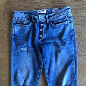 Cool jeans fra Mos Mosh med rå detaljer og 7/8 benlængde.  Vasket få gange og er som nye.  Bytter ikke