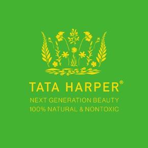 Tata Harpers eksklusive, økologiske hudpleje er baseret på 'farm to face' principper, hvor urter, planter og blomster fra hendes farm i Vermont håndblandes til produkter, der bl.a. sælges fra Gwyneth Paltrows goop univers.  Resurfacing Serum er inspireret af Tata Harpers bestseller Resurfacing Mask, som er kendt for sin øjeblikkeligt glødgivende effekt.  Det samme gælder denne Resurfacing Serum, som indeholder 7 forskellige AHA og BHA frugtsyrer, som fjerner døde hudceller og booster cellefornyelsen, så ny, klar hud kommer til syne.  Desuden spækket med antioxidanter og nærende olier fra bl.a. havtorn, calendula og jojoba, som beskytter mod fremtidig ældning.  Ny og helt ubrugt, stadig i æske. 30 ml. full size.  Sælges for 400 + porto  Bytter ikke.
