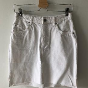 Sælger denne hvide cowboynederdel fra H&M. Aldrig brugt og stadig med prismærke. Den er ikke for kort. går til midt på låret. Skriv gerne for flere billeder :)