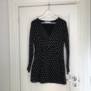 Mønstret kjole fra Zara  Str 36  Kom med er bud!   Kan afhentes på Vesterbro eller sendes(køber betaler fragt)