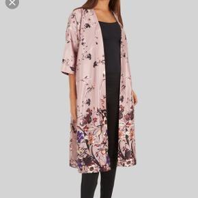 Satin kimono fra YAS, str. M/L. Brugt få gange, så er stort set som ny. Kan hentes i Hjallerup eller sendes for kr. 37 med DAO.
