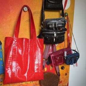Hvisk rød taske. Byd!   Sender gerne, ellers afhentning i Herning eller mødes i Århus👛