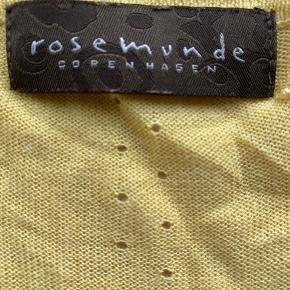 Skøn kort gul cardigan fra Rosemunde med hulmønster og puf ved ærmer. Lækker let kvalitet af 50% viskose og 50% akryl. Kun brugt få gange