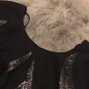 Super fin sort kjole med nogle flotte detaljer foran. Brugt 2 gange.