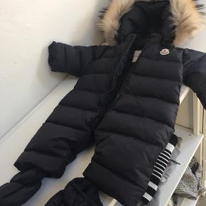 Moncler flyverdragt str 3-6 måneder. Med aftagelige futter og aftagelig pels, brugt til et barn i 2-3 måneder. Ingen huller andet, helt perfekt stand.