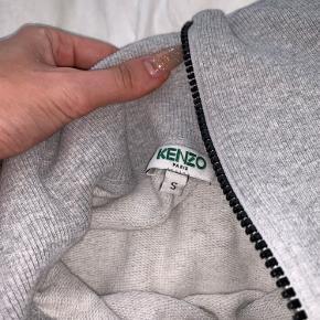 """Super fed """"Kenzo Grey Bamboo Tiger Zip Sweatshirt"""" Sælges da jeg bare ikke får den brugt. Prisen kan forhandles✨"""
