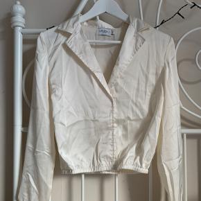 Jeg sælger min Na-kd bluse i beige🤍 Den er aldrig brugt, så den fejler ikke noget! Flere spørgsmål, eller interesse? Skriv i kommentaren eller privat Hav en god dag