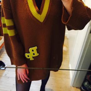 Super lækker lang oversize sweater 😍 Model: COLENSO   nypris: 1699 kr
