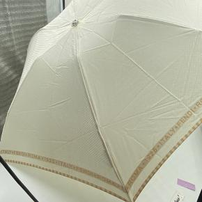Fendi paraply. Kan nok ikke bruges i regnvejr. Tror den skal bruges til at beskytte mod solen. Byg gerne  Tjek mine andre annoncer med #dior #prada #fendi #gucci #katespade #lanvin #APC #celine #céline #chloé #coach  #30dayssellout