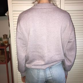 Lækker pastel lilla strik / sweater fra H&M i flot loose / oversized fit. Egentlig en str M, men fitter xs-m Byd endelig :D