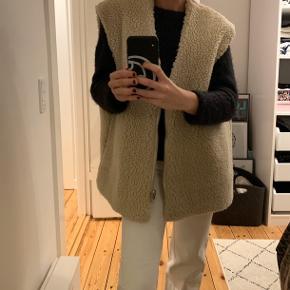 Weekday meget populære oversized vest (i fleece materiale agtig). Super fed! Str. S/M