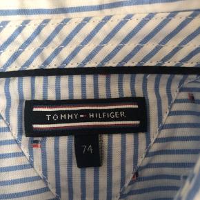 Fed Hilfiger skjorte med små logoer. Er som ny