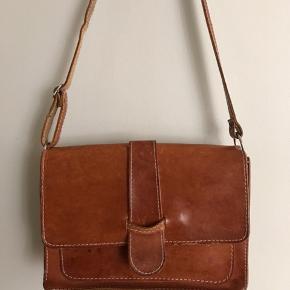 Kernelædertaske med den helt rigtige patina. Skulderrem på 92 cm, ikke lang nok til crossover.  20x28 cm  275 kr  #kernelædertaske #kernelæderskuldertaske #skuldertaske #lædertaske #vintagelædertaske #vintagetaske #retrotaske