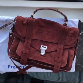 Jeg rydder ud i min taskesamling og sælger derfor denne Proenza Schouler PS1 Medium taske i den flotteste okseblodsfarve :) Tasken er brugt maks fem gange og fremstår derfor i flot stand!