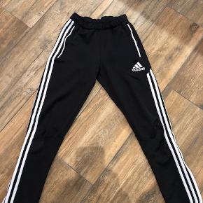 Rigtig fine Adidas bukser sælges. Kan anvendes af piger såvel som drenge.  Er brugt, men der er ingen tegn på slid.  Fra røgfrit hjem.  Sender med DAO.