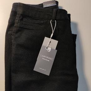 Mega fede bukser, som går lidt ind benene. Aldrig brugt da jeg ligge mellem to STR. 90 cm i taljen og 80 cm indvendig mål i ben.  Se gerne alle mine annoncer, måske er der mere der frister 🤩