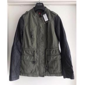 """Only efterårs / overgangs jakke  Str m, aldrig brugt og med prismærke  Armygrøn med sorte """"læder"""" ærmer  Nypris 499,95kr   Kan hentes i Aarhus eller Randers"""