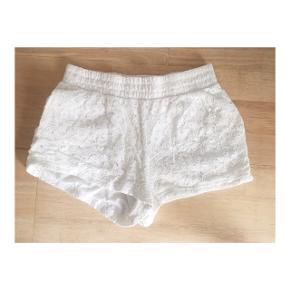 Hvide blomster shorts i størrelse 11-12 år fra VRS junior.