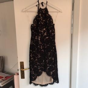 Smuk sort blondekjole fra TOPSHOP.  Købt for et par år siden, men brugt én gang.  Fremstår derfor som ny. Svarer til en str 32/34  Købspris: 800 kr.