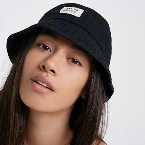 På billedet er hatten ikke i velour, men det er den I virkeligheden<3