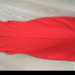 Flot rød kjole. Klassisk og enkelt og understreges af farven. Kun brugt en gang. Ikke ryger.  #30dayssellout