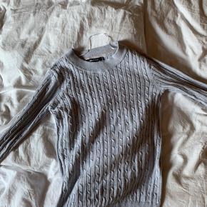 En klassiske grå bluse der kan styles med alt