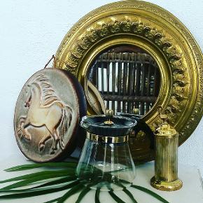 Messing lignende spejl kr 100 . 33 cm i diameter Heste keramik platte m ophæng kr 75 Messing bøtte med hane på låg kr 50 Gammel vintage Pyrex kaffekande kr 50
