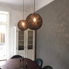 Helt nye flotte loftslamper, giver flot godt lys i sorte.   Kan afhentes på Frederiksberg!   BYD!!!!