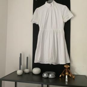 Hvid kjole fra Fashion Union. Kjolen er brugt engang, da jeg fik studenterhue på i sommeren 2018. Kjolen har ingen mærker eller pletter, den er så god som ny. Størrelsen på kjolen er en str. 40, men jeg er selv en s/m, så den er lille i størrelsen. Prisen er inkl fragt, som normalt er 45-55kr. Hvis du bor i Slagelse eller omegn, kan jeg evt. Levere kjolen personligt:)