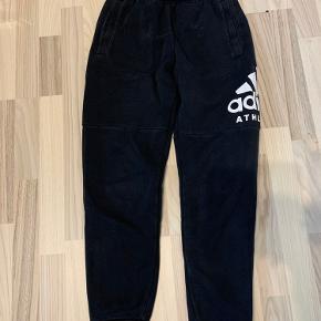 💕 Adidas bukser 💕 Har en lille smule tab på farven 💕 Det er ingen krak på trykket 💕 Befinder sig i Holstebro