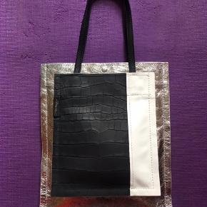 Flot Phillip Lim læder taske. Måler 39x33x5