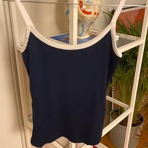WEEKDAY Aqua Singlet tank top i meget mørkeblå farve med hvide stropper. Passer også en Small. Kun prøvet på.   Kan også sendes med PostNord (på eget ansvar)  ‼️sender IKKE billeder med den på! Forespørgsler om dette ignoreres‼️