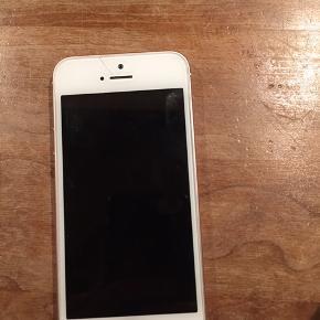 Velholdt IPhone SE 64GB i rose/gold. Har en lille revne øverst, men virker 100%. Ca 2,5 år gammel. Bud modtages.
