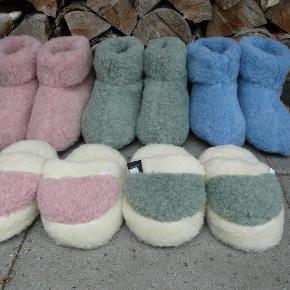Dejlige tykke, bløde og varme uldhjemmesko med antiskrid-sål til børn, fra 110 kr (slippers):  - 100 % merinould - Håndsyet - Antiskrid-sål  - Alle de gode kvaliteter, som uld har - Kradser ikke - Størrelse svarende til skostørrelser  Pris via TSH eller MOBILEPAY:  Bamsefutter: 135,- kr + porto ( 2 par for 250,- kr + porto) Slippers: 110 kr + porto  Farver:  Lyserød, Blå, Grøn  Størrelser:  27 - 35 (27 - 30 er kun i lys grå)  PORTO: 33,- KR MED DAO ELLER 52,- KR. UDEN OMDELING m. POST NORD - PAKKEN ER FREMME 1-2 DAGE EFTER. Jeg kan også sende som alm. maxibrev til 32 kr (et par sko), men det tager ca. en uge.  Husk også at se mine andre annoncer for uldhjemmesko til baby og voksne :-)  BØRN - Str. 27-35 Farve: som billedet
