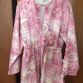 Vintage skjorte/jakke med justerbar talje og håndled samt lynlås. Materiale ala en windbreaker. Købt i Cape Town.