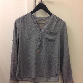 Varetype: Skjorte Farve: Lyseblå med rosa og hvid Oprindelig købspris: 900 kr. Prisen angivet er inklusiv forsendelse.  Super fin skjorte i 100% viscose, kun vaeret paa e'n gang saa er helt som ny!   Bytter ikke