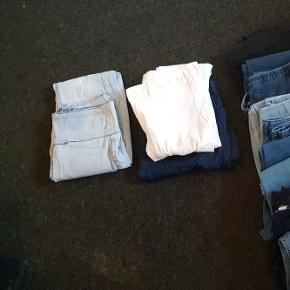 Bukser og leggins, 40 kr. Pr. Stk, eller alle par for 250 kr.Fra venstre: 1. Bunke: str. Xs/s 2. Bunke: str. 38 3. Bunke: str. M/L 4. Bunke: str. XL
