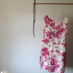 Vintage 1950'er kjole hvid med pink/lyserøde blomster (blomstret). Er lårkort, formsyet og sidder rimelig tæt men ikke helt stramt. Er egentlig en str 44 men er selv 38 og den sidder super flot da stoffet falder tungt og er lettere elastisk. Kan også passe en 40 :)